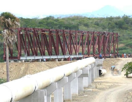 Montaje de 2 travesías metálicas de 96 mts. (490 tono) para tuberías de acometida a planta de tratamiento de aguas. Monción, 2004.